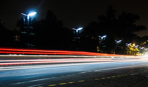 インド 外国 熱帯 南国 南アジア 高速道路 道路 コンクリート 白線 交通 自動車 二輪車 バイク カー 高速バス 直進 まっすぐ 運転する 運転 運ぶ 走る 動く 乗る 街頭 電灯 電気 灯り 眩しい 明るい 照らす 光線 光 木 樹木 植物 自然 景観 夜 夜景