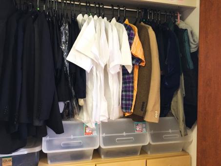 クローゼット 衣替え 半袖 カッターシャツ チェックシャツ スーツ 黒 白 男性洋服 季節ごと ジャケット 部屋 屋内 タンス コート 夏物 冬物 合服 カジュアル フォーマル