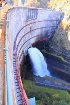 ダム 放水 放流 観光放流 観光放水 札幌 北海道 アーチ式 コンクリート 水しぶき 水力発電 エコ クリーン エネルギー 発電 電気 発電所