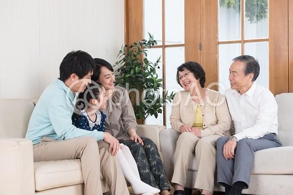語らう三世代家族3の写真