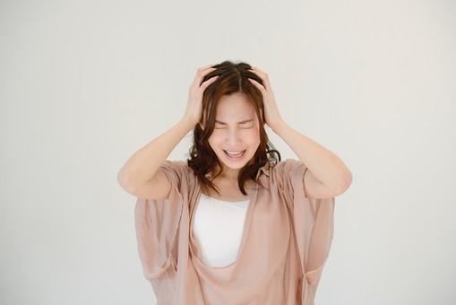 日本人 女性 女 30代 アラサー グレーバック 背景 グレー ポーズ ハーフアップ 髪型 茶髪 ナチュラル 私服 カジュアル ピンク ピンクベージュ 発狂 頭 頭痛 痛い 痛む 苦痛 ストレス 発散 ストレス発散 押さえる 抱える 叫ぶ mdjf013