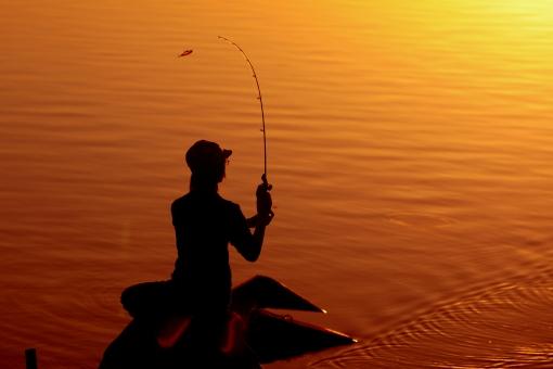 自然 湖 釣り人 人物 男性 ルアーフィッシング 釣り バス釣り 集中 ポイント 夕景 サンセットタイム 背景 黄金色 湖畔 シュッ ロッド しなり 獲物を狙う 待ち受け画面 ポストカード コピースペース 若者 遊び プレイ ターゲット ホリデイ 休日 光 真剣に