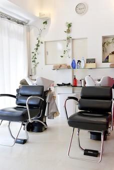 屋内 室内 店内 お店 店舗  美容室 美容院 ヘアサロン 無人 内装  明るい 黒 イス 椅子 いす  シャンプー台 シャンプーチェア 革 シック おしゃれ オシャレ 美容 モダン シンプル スタイリッシュ インテリア