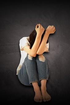 人物 女性 怯える おびえる 防御 恐怖 怖い 全身 座る うずくまる 孤独 1人 不安 心配 悩む DV ドメスティックバイオレンス 家庭内暴力 暴力 傷害 虐待 被害者 しゃがむ しゃがみ込む 黒バック 黒背景 モラルハラスメント モラハラ