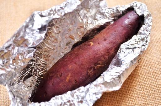 焼きいも 焼き芋 焼芋 ヤキイモ 焼きイモ 出来立て アツアツ焼き芋 紫の焼き芋 ホクホク アルミホイル 食べ物 食べ物画像 フリー素材 フリー画像 無料ダウンロード