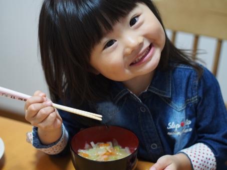 子ども 子供 食事 食卓 笑顔 かわいい お箸 お椀 みそ汁 日本人 にっこり girl child kids japanese miso soup smile pretty cute スープ 美味しい 飲む 元気 少女 女の子 お味噌汁