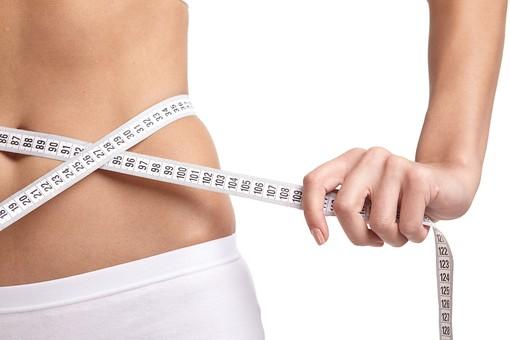 人物 女性 ボディ お腹 ウエスト アップ パーツ 部分 美容 健康 エクササイズ 運動 メジャー 目盛り 計る ウエストサイズ ダイエット 痩せる 痩身 成功 効果 腹筋 ボディライン トレーニング スタジオ 白バック 白背景 ビューティー
