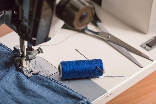 ソーイング 縫い物 裁縫 洋裁 手芸  手仕事 裁縫道具 裁縫用品 アップ 素材  趣味 ハンドメイド ホビー 生活 暮らし  小物 手縫い ファッション 縫う 針仕事 ミシン 部分 パーツ 針 機械 布 洋服 衣服 糸 はさみ ハサミ 鋏