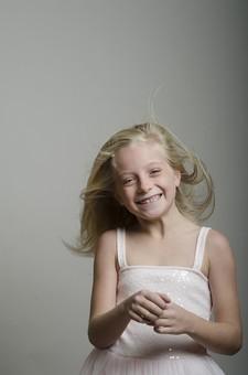 人物 外国人 外人 こども 子供  子ども 女の子 少女 キッズモデル ポートレート  かわいい キュート 無邪気 あどけない 長髪  ロングヘア 金髪 ブロンド ストレートヘア 屋内  スタジオ撮影 ファッション ドレス ワンピース 白 動き モーション アクティブ 髪の毛 なびく 笑顔 スマイル 上半身 ポーズ ポートレイト 向かい風 ブロー mdfk012
