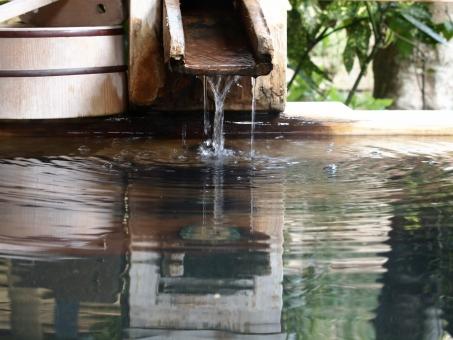 温泉 桶 水 波紋 水面 みなも 雫 流れ 安心 安らぎ やすらぎ 想い出 思い出 日本 休日 非日常 水音 緑 風景 背景 水音 記憶 休暇 落着き ほっこり ひといき 一息 リラックス