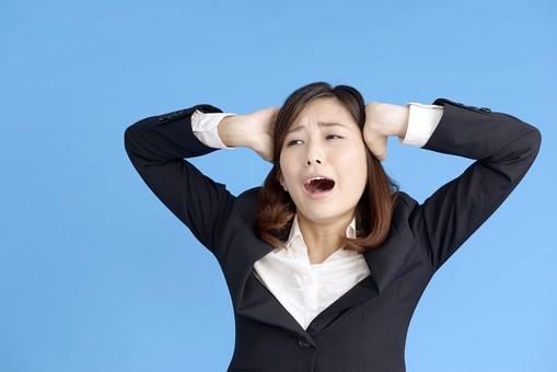 人物 女性 日本人 20代 若者  ビジネス スーツ 黒 紺色 セミロング  OL 社会人 会社員 ビジネスマン 就活  就職活動 真面目 ポーズ 屋内 スタジオ撮影  ブルーバック 上半身 頭を抱える 失敗 残念 悔しい ショック オーバーリアクション 叫ぶ mdjf013