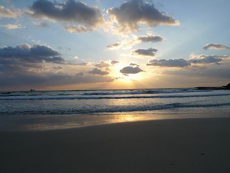 伊豆 白浜海岸 朝日 砂浜 自然 風景 景色 日本 静岡県 朝 朝景 太陽 日の出 海 波 海岸 ビーチ シルエット 光 輝き 波打ち際 無人 空 雲間 晴れ 幻想的 ドラマチック
