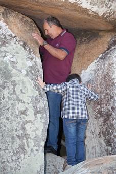 人物 外国人 外人 男性 子供   こども お父さん 父親 パパ 息子   男の子 家族 ファミリー 屋外 外  野外 岩場 洞窟 洞穴 探検 挑戦 チャレンジ 休日 ふれあい 遊ぶ 親子 孫 おじいちゃん 祖父 mdjms011 mdmk020
