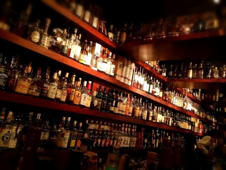 バー bar 酒 カクテル 洋酒 ウイスキー シェリー 飲み屋 居酒屋 デート 取引 瓶 ボトル シガー 煙草 タバコ たばこ 隠れ家 棚