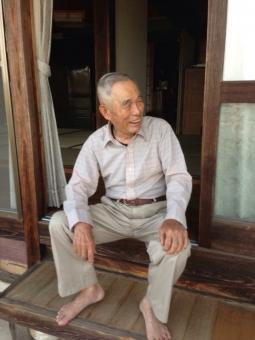 老人 おじいちゃん おじいさん 男性 縁側 お爺さん 笑顔