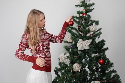 白バック 白背景 グレーバック 外国人 白人 金髪 ブロンド 20代 30代 女性 セーター ニット ノルディック柄 スカート クリスマス Christmas X'mas クリスマスツリー ツリー モミ もみの木 樅の木 モミの木 飾り オーナメント ボール リボン ブーツ 松ぼっくり 立つ 飾り付ける 触る 取る mdff129