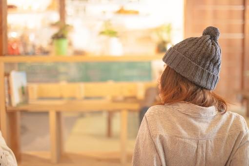 リビング カフェ キッチン 部屋 室内 屋内 寛ぐ くつろぐ リラックス 会話 談話 おしゃれ インテリア 家具 カフェキッチン キッチン 女性 10代 20代 30代 楽しむ エンジョイ カフェ風 冬 木製 ウッド調 グリーン 緑 観葉植物