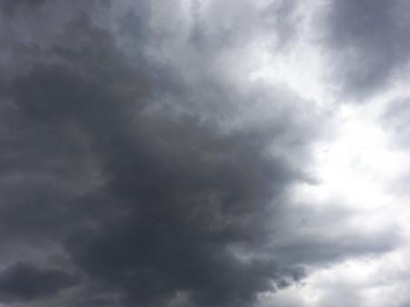 曇り 曇り空 空 太陽 光 終わり 日光 暗い 薄暗い 雨雲 雷雲 雷雨 ダーク くもり 隙間 すき間 雲天 荒天 気味悪い 気持ち悪い 暗黒 空気 大空 台風 怖い 恐怖 地震雲 雲 未知 世界 春 夏 秋 冬