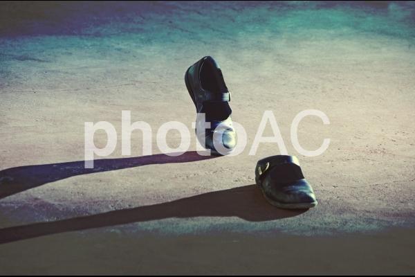 人が掃いていない靴が歩くの写真
