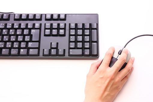 キーボード パソコン ビジネス 通信 産業 インターネット メール IT 周辺機器 屋内 オフィス アイテム 入力装置 家電 事務用品 デスクトップ デスクワーク PC ボタン OA機器 ビジネスアイテム 静物 手 人物 作業 操作 入力 クリック 右クリック 打つ 指 仕事 手元 右手 白背景 白バック 明るい