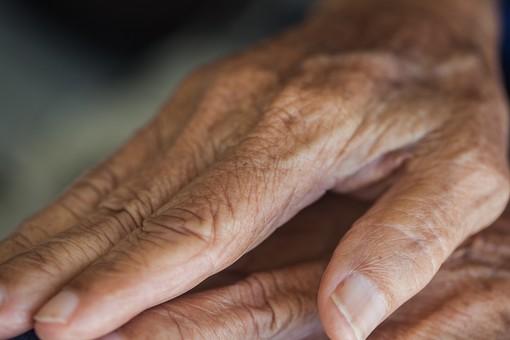 人物 老人 お年寄り 高齢者 シルバー   年老いた手 ハンドパーツ 手 指 ハンド   パーツ 手の表情 年老いた手 皺 しわ   シワ クローズアップ 両手 重ねる 手を重ねる 手の甲 爪 指先 ゴツゴツ 手元 手先