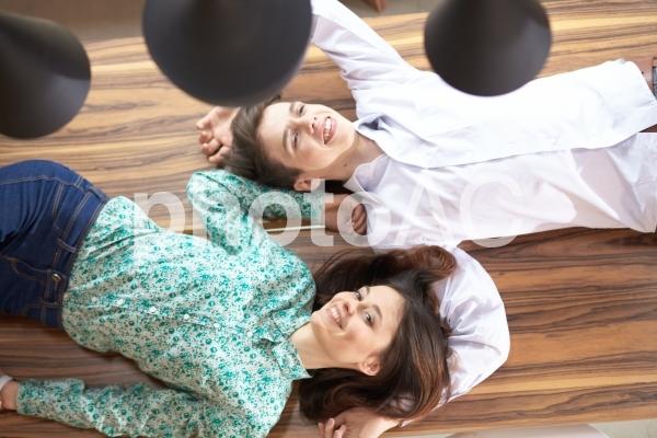 寝転がるカップル9の写真