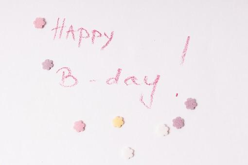 屋内  物撮り 人物なし パープル 紫 ピンク 黄色 お祝い 上から視線 接写 アップ ズーム お菓子 星型 複数 たくさん メッセージ 伝言 英語 イングリッシュ 文字 ハッピーバースデー 誕生日 誕生祝い クレヨン 手書き 直筆 走り書き Happy Birthday