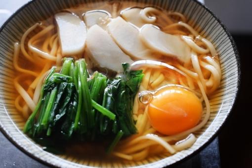 うどん ウドン 饂飩 麺 麺類 月見うどん ほうれん草 たまご 卵 かまぼこ カマボコ 蒲鉾 炭水化物 軽食 お昼ごはん ランチ udon noodle food japanesefood