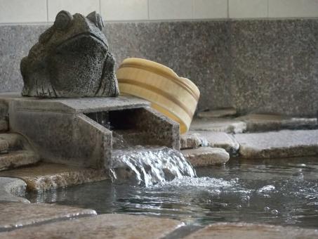 蛙 カエル かえる 石像 温泉 岩風呂 桶 家族風呂 源泉掛け流し 源泉 お風呂 旅行 疲労回復 冷え性 健康 お湯 リラックス 水面 日本 文化