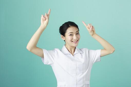 人物 女性 日本人 20代 30代   仕事 職業 医療 病院 看護師  ナース 医者 医師 女医 薬剤師  白衣 看護 屋内 スタジオ撮影 背景  グリーンバック おすすめ ポーズ 上半身 指差し 指さす 両手 上 頭上 注目 示す ポイント mdjf010
