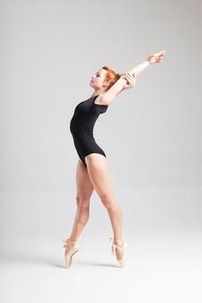 ダンス ダンサー ポーズ 体勢 姿勢 体位 ステップ 踊る 踊り 運動 スポーツ 振り付け 振付 振り 女性 女 外国人 若い 全身 バレエ バレリーナ 手 腕 上げる つま先 つま先立ち 横顔 レオタード 背景 白 ホワイト mdff128