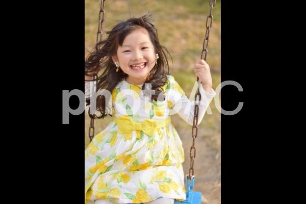 ブランコに乗る女の子の写真