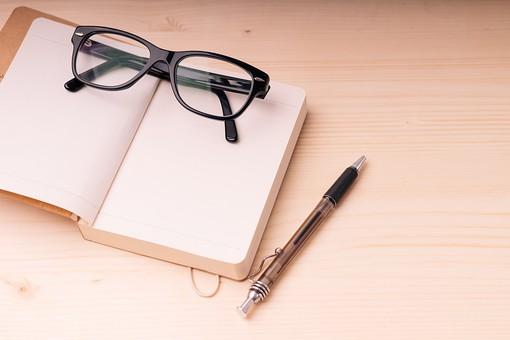 メガネ 眼鏡 めがね  ノート 手帳 本 ペン ボールペン 趣味 黒 大人 ブラック 黒ぶち フチ 小物 ファッション カッコイイ かっこいい 恰好良い オシャレ おしゃれ お洒落 雑貨 読書 クール 木目 机 メモ 人気 流行り 流行