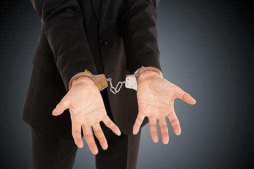 犯罪 犯罪者 縄 手 手錠 お縄 捕まる 逮捕 悪 スーツ 詐欺 殺人 保釈 牢屋  犯行 凶悪 事件 悪人
