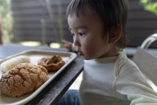 美味しいパンを食べる子供の写真