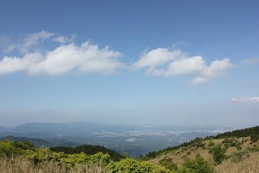 自然 風景 新緑  山 高原 植物 晴れ 青空 晴天 芝生 芝 大地 丘 休む 休憩 癒し 雲 空 屋外 田舎 くつろぎ 安らぎ 緑 絶景 頂上