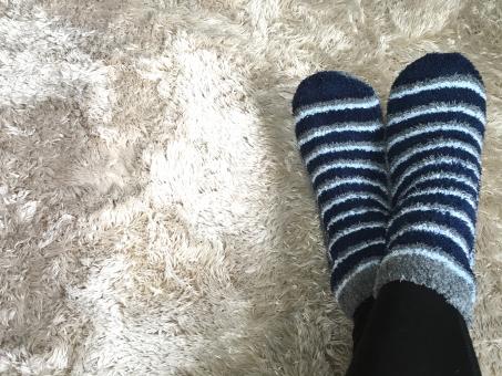 足 脚 女性 パーツ 靴下 冷え性 モコモコ ふわもこ 冬 寒さ 冷え 暖か 白バック コピースペース