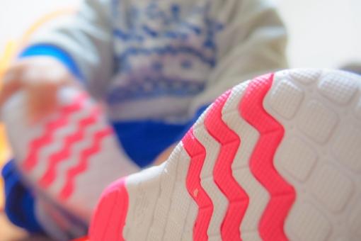 子供 赤ちゃん ベビー 靴 シューズ ファーストシューズ 靴の裏 靴底 歩く 立つ 足の裏 スニーカー 練習 歩行 あんよ たっち つかまり立ち 男の子 座る 履く