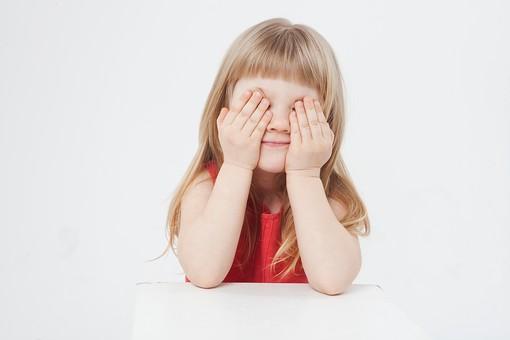 外国人 白人 キッズモデル モデル キッズ 子供 子ども 白バック 白背景 屋内 スタジオ撮影  人物 女の子 女児 女 少女 幼児 小学生 顔 アップ ストレートヘア ストレート 金髪 ブロンド ロング ロングヘア ポートレート ポートレイト 微笑む 微笑 スマイル 笑顔 表情 肘をつく 目を覆う 目隠し 顔を隠す かわいい mdfk043