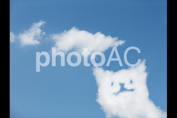 猫型の雲と青空の写真