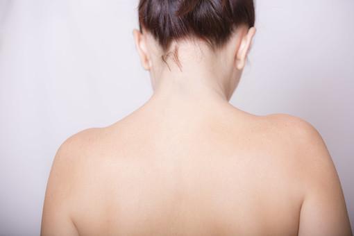 体 人体 生き物 生物 人間 モデル 女性 外国人 異国 整った 若い 綺麗 美しい アップ パーツ 部分 背中 首 ヌード 肩 後姿 裸 セクシー 裸体 艶やか 魅力 素肌 mdff020