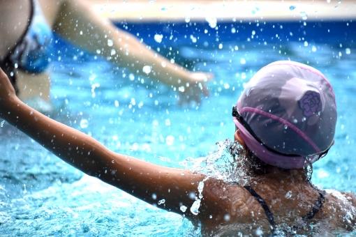 夏 真夏 真夏日 夏日 猛暑 猛暑日 プール プールキャップ 水着 水しぶき 水飛沫 しぶき 飛沫 水 綺麗な水 キレイな水 きれいな水 水色 プールサイド 夏の思い出 思い出 水の掛け合い 掛け合い 掛合 ピンク 日焼け プール帽子 水泳 ビキニ 遊ぶ 遊び 楽しい 水遊び プール遊び 女 女の子 母親 母 親子 ラッシュガード 水泳キャップ
