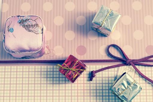 包装紙 紙 プレゼント 贈り物 手土産 土産 チェック 格子柄 リボン 結び 結ぶ パープル 紫 ブルー 青 レッド 赤 ピンク 光沢 ゴールド 花 ストライプ ギフト 贈答 かわいい パステル やさしい ちょうちょ結び 贈呈 おくり物 屋内 人物なし 物撮り 箱  小箱 ミニ 小さい ボックス 小さい 小箱 5個 花飾り ブランド ギフトボックス
