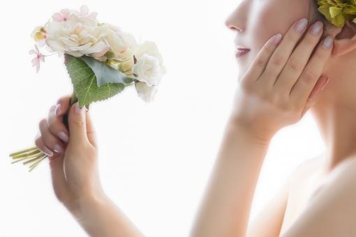 花を持つ女性の写真