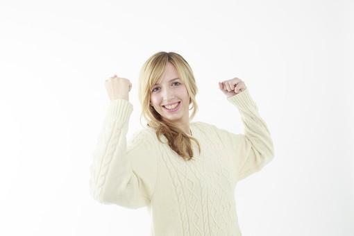 人物 女性 20代 外国人 外人  外国人女性 外人女性 モデル 若い セーター  ニット 私服 カジュアル ポーズ 金髪  ロングヘア 屋内 白バック 白背景 ガッツポーズ 頑張る 張り切る 応援 成功 チャンス チャレンジ 挑戦 両手 上半身 笑顔 mdff045