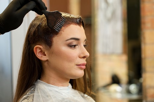 屋内 室内 モデル 外国人 人物 人 人間 大人 女性 女 20代 若い 2人 美容師 ヘアケア 頭 髪 茶髪 手 手元 刷毛 美容院 美容室 ヘアサロン ヘアダイ 毛染め 色 付ける 塗る ブリーチ 美容 技術 髪の毛 長髪 ロングヘア 横顔 ヘアカラー カラーリング mdff134