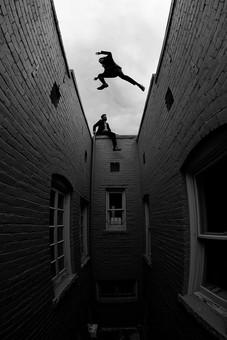 外国人 男性 男 20代 30代 2人 2人組 二人組 コンビ 仲間 同僚 ビジネスマン 探偵 スーツ 背広 ネクタイ 外 室外 建物 アパート マンション ベランダ 張り込み 屋上 飛び移る アクション 高所 窓 屋根に座る 逃げる 逃亡 追う 追跡 白黒 モノクロ mdfm046 mdfm064