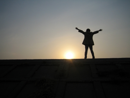太陽 人 人間 元気 シルエット 未来 夕陽 ゆうひ 前向き イメージ エネルギー 希望 勇気