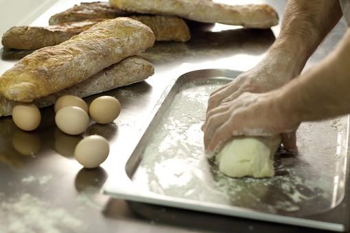 厨房 台所 キッチン 料理 調理 レストラン シェフ コック 料理人 男性 外国人 パン 捏ねる パン生地 ボディパーツ 腕 手 混ぜる バゲット フランスパン パン作り 成形 もちもち 触る 分ける 形作る 丸 丸い