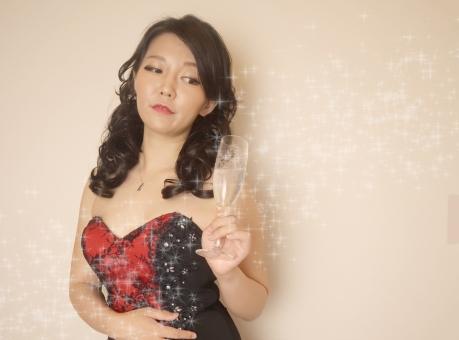 シャンパングラスを持った赤いドレスの女性の写真